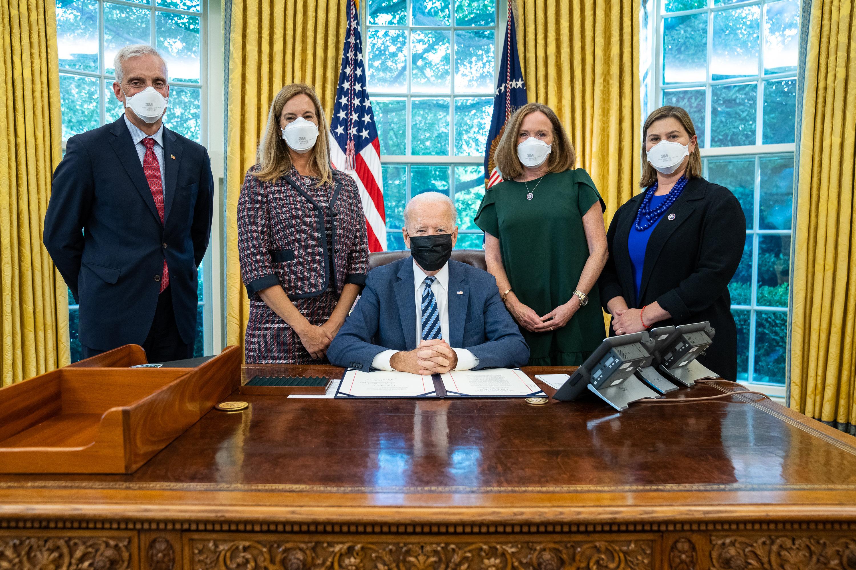 From left to right: Secretary of Veterans Affairs Denis McDonough, Congresswoman Mikie Sherrill (NJ-11), President Joe Biden, Congresswoman Kathleen Rice (NY-04) and Congresswoman Elissa Slotkin (MI-08) in the Oval Office. (Photo courtesy of the White House Photo Office)